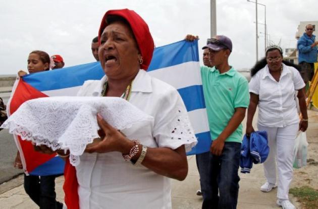 Reina Tamayo, madre de Orlando Zapata, llevó en una urna los restos de su hijo.