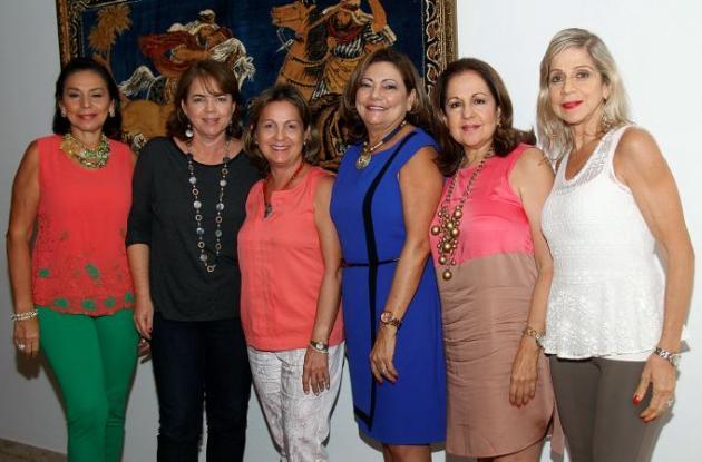 Magaly Imbett, Patricia Acero;la agasajada, Margarita de Amín, María Nelly Mendoza, Alicita Vélez y Martha de Tono.