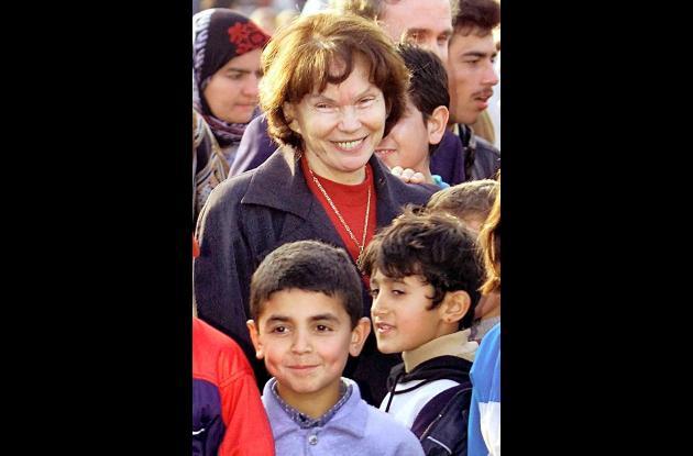 Danielle Mitterrand en medio de varios niños.