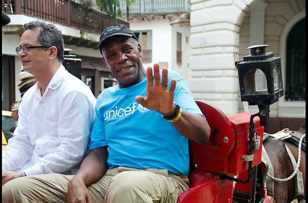 Danny Glover pasea en coche por las calles del Centro de Cartagena.