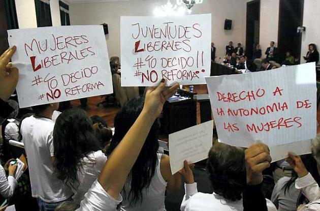 Manifestaciones a favor y en contra del aborto en la Plaza de Bolívar, en Bogotá