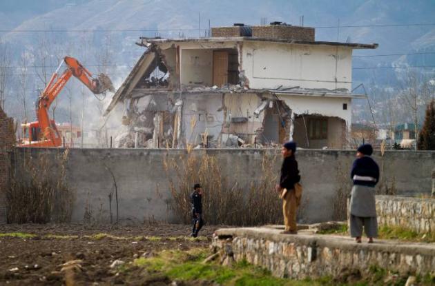 Esta foto muestra la demolición de la casa donde residía Osama Bin Laden antes d