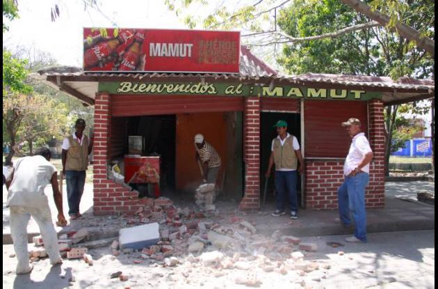 Demuelen kiosco en barrio San Pedro de Cartagena