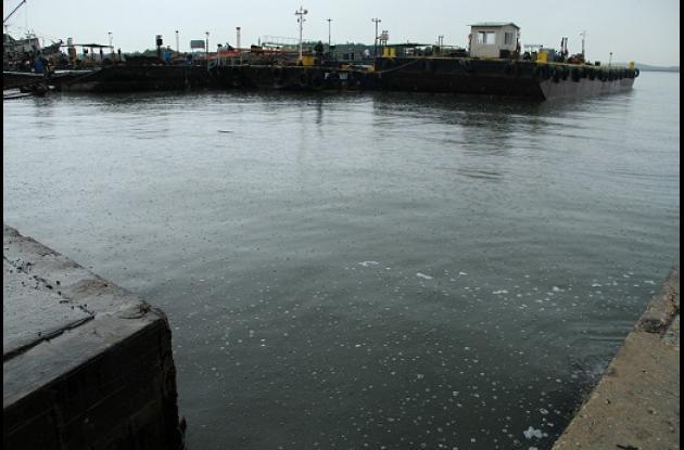 Una mancha de combustible contamina la Bahía de Cartagena.