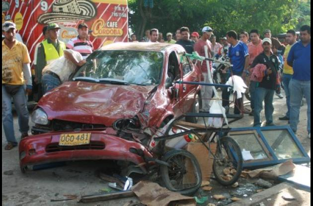 El carro del funcionario fue apedreado por una multitud enardecida e indignada.