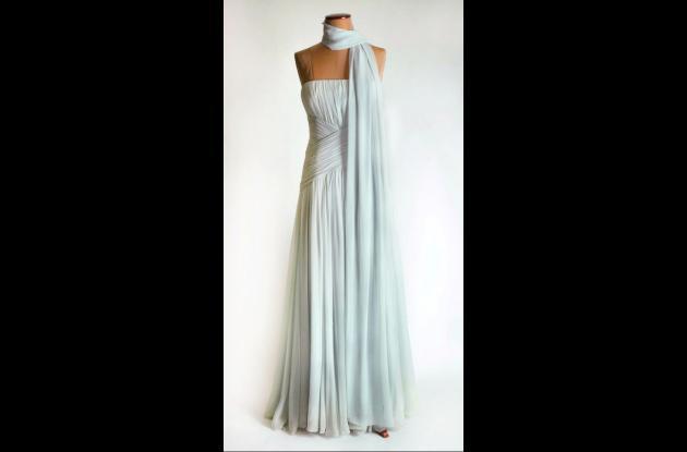 El vestido de seda azul pálido sin breteles, fue vendido a 132.000 dólares.