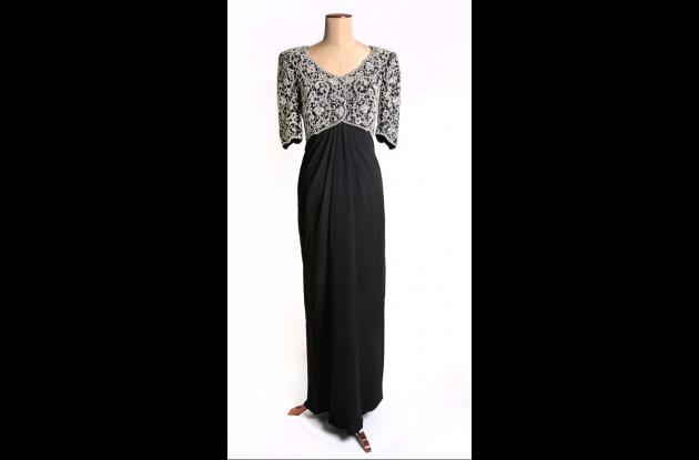 El vestido de crespón negro bordado con motivos de inspiración indígena, fue dis