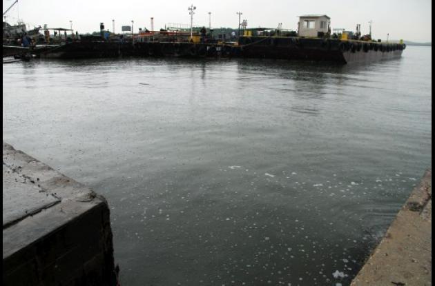 Una capa de combustible cubrió gran parte de la Bahía de Cartagena.
