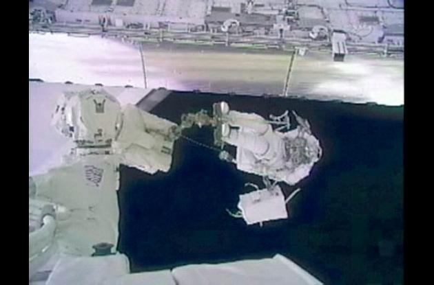 Este framegrab TV de la NASA muestra al astronauta del Discovery Steve Bowen m