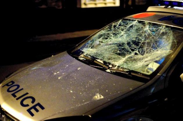 Los jóvenes, en medio de la protesta,  atacaron locales comerciales y coches y t