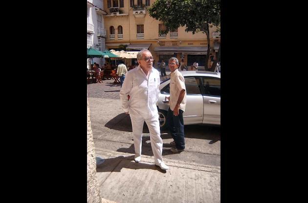 El Nobel de Literatura casi siempre viste de blanco y no usa medias en el Caribe