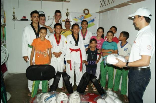 Deportistas del equipo Koguryo de Taekwondo reciben dotación deportiva.