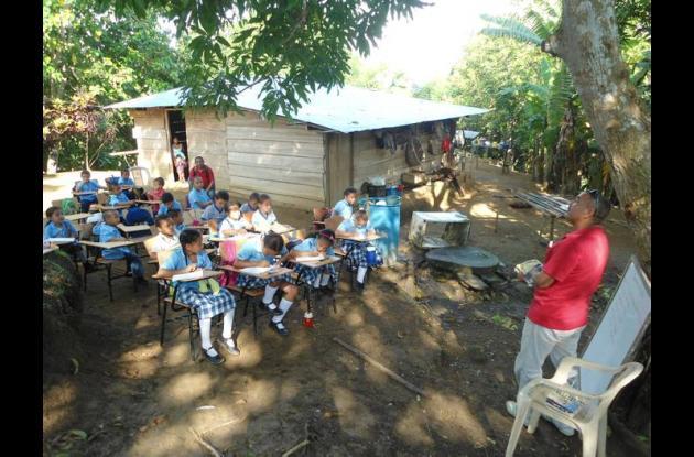 Los estudiantes de la escuela Don Cleto reciben clases a cielo abierto, en el pa