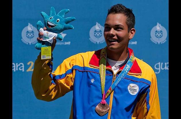 Daniel Pineda celebra con su medalla de bronce.