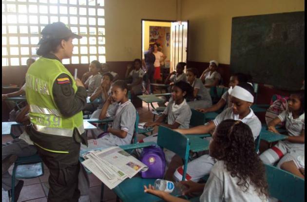 La patrullera Ivonne Madero durante una de las charlas que le imparte a estudian