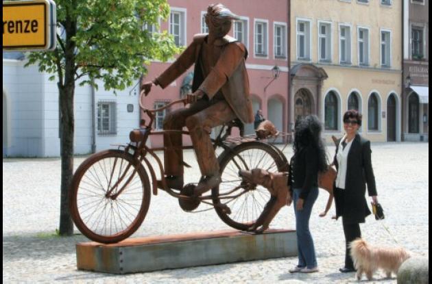 """""""El hombre en bicicleta"""", una de las esculturas en acero realizadas por el escul"""