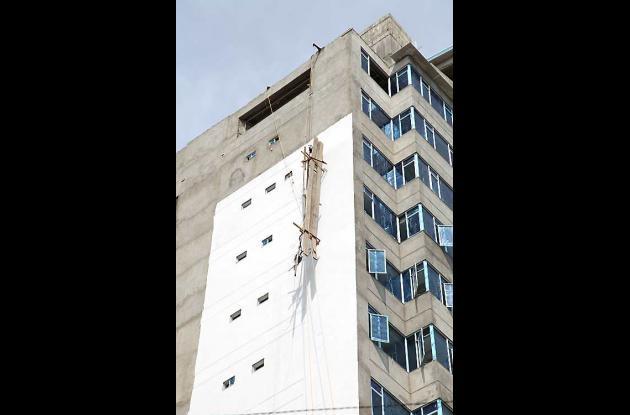 Caen obreros de edificios en Bocagrande.