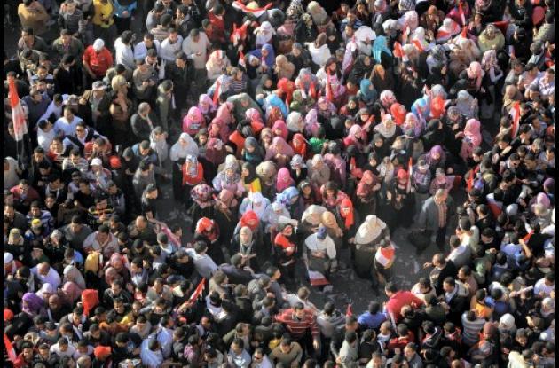 Egipcios se reúnen, en la Plaza Tahrir en el centro de El Cairo, para orar y cel
