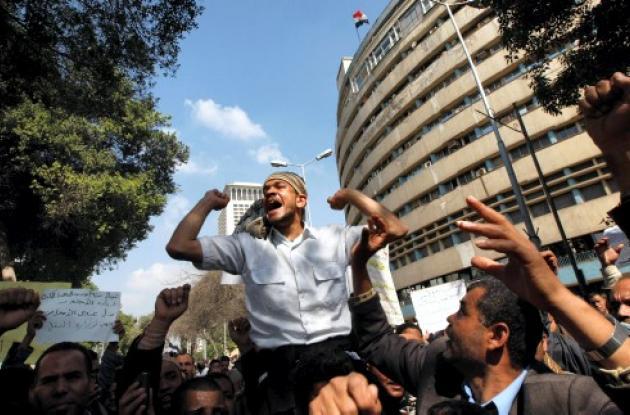 Conductores de sercicio público egipcios protestan para exigir aumento en sus sa