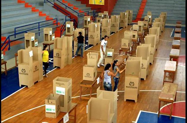 Instalación de los cubículos para la jornada electoral.