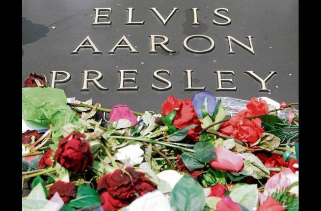 La tumba de Elvis permanece cubierta de flores.