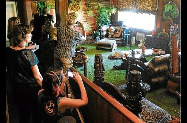 Turistas visitando la sala Jungla en Graceland.