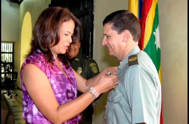 Alcaldesa condecora al coronel Hugo Casas.