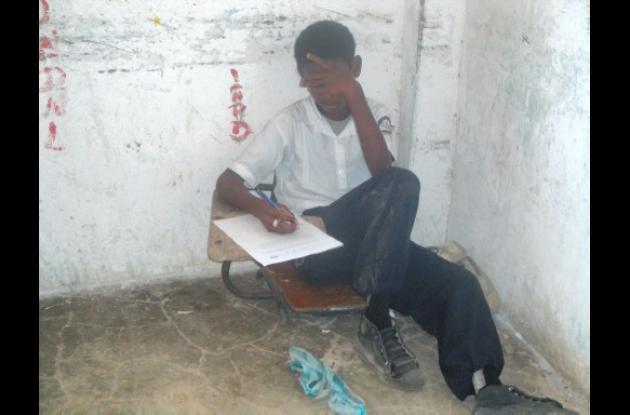 Los estudiantes se avergüenzan de recibir clases en el suelo.