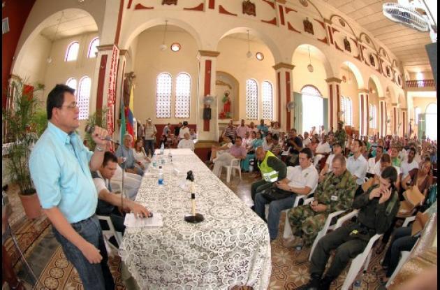 Gobierno entrega títulos de tierras a campesinos en Bolívar.