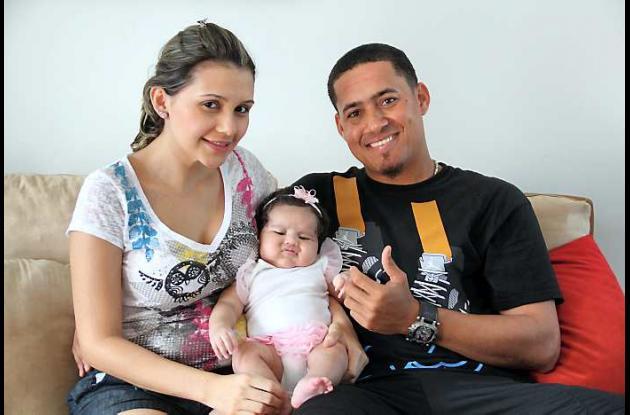 Ernesto Frieri, acompañado de su esposa Carolina Peláez y su hija Alana