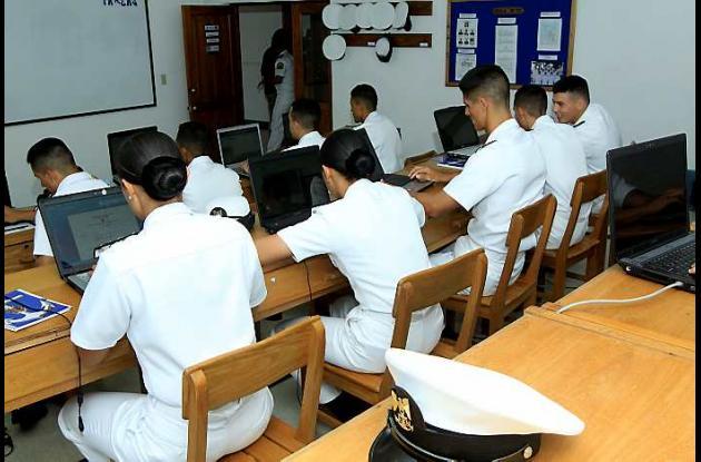 Distinción a Escuela Naval Almirante Padilla.