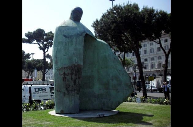 Polémica por estatua de Juan Pablo II que dicen que más se parece a Mussolini.