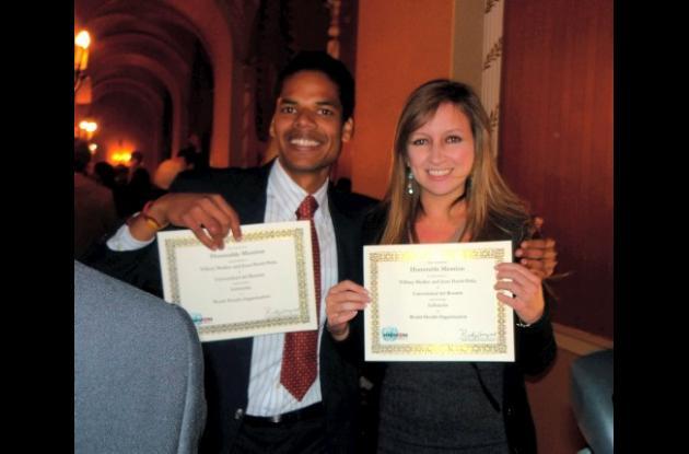 Stephanie Mullen y Juan David Peña, quienes recibieron la mención honorífica
