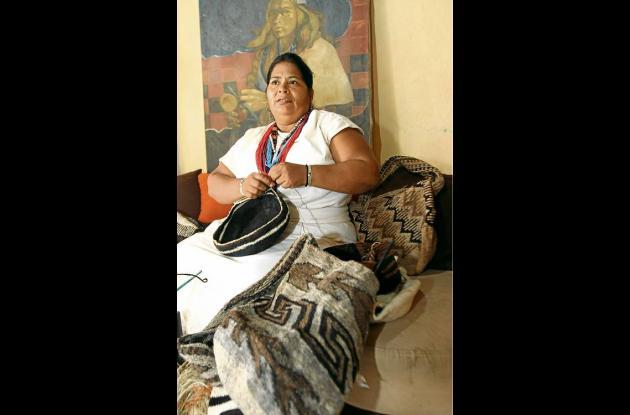 Edith se dedica a cuidar a sus hijos y a tejer mochilas arhuacas