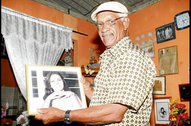 El ex boxeador mostrando la foto de su esposa Zunilda cuando era más joven.