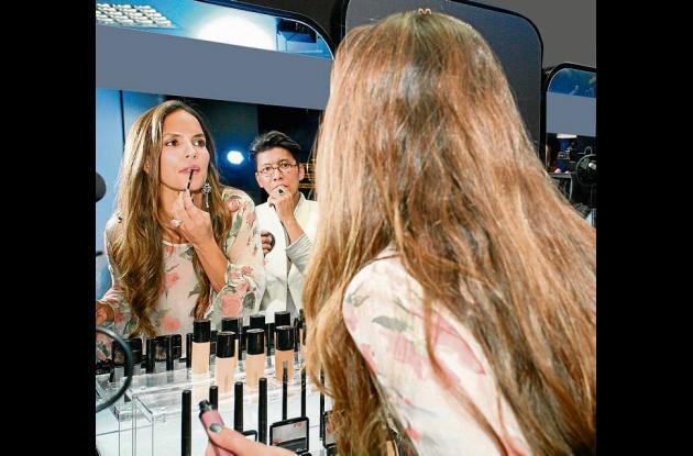 Franklin asesorando a la modelo y actriz, Catalina aristizábal