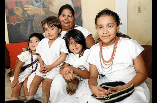 Edith junto a su pequeño hijo, su hija y sus dos nietos