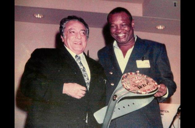 José Suleimán, presidente del CMB junto al boxeador Rocky Valdez.
