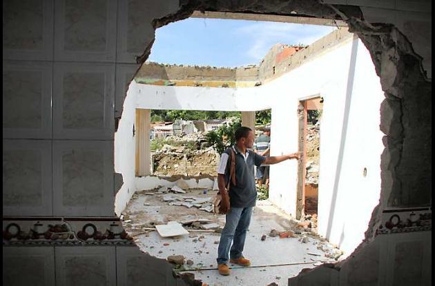 Emiro Pupo López contemplando los residuos de lo que era su casa.