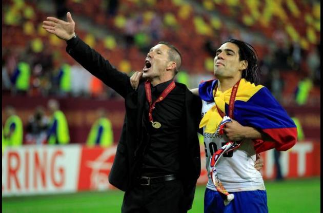 Radamel Falcao García junto a Diego Simeone, técnico del Atlético de Madrid
