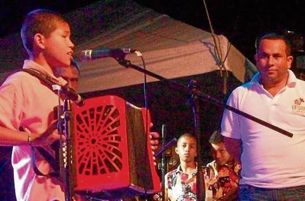 Bladimir Romero recibió un acordeón de parte del Alcalde de Buenavista.