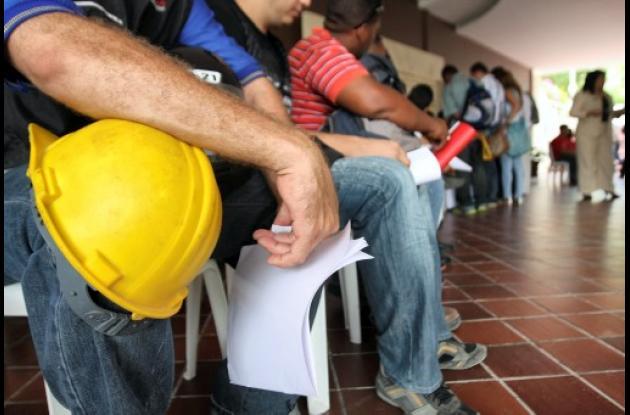 Cientos de personas tras un empleo en Ecopetrol