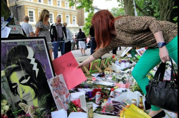 Miles de fans exparesaron su dolor dejando flores, cartas y demás recuerdos en f