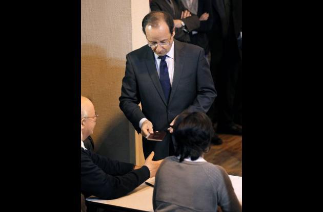 Momentos en que Francois Hollande se presenta en la mesa de votación.