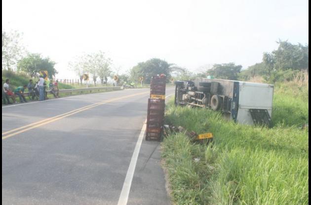 El accidente se produjo a la altura del municipio de Calamar, en la llamada Curva de Cartago, cerca de la vereda La María. No hubo heridos.