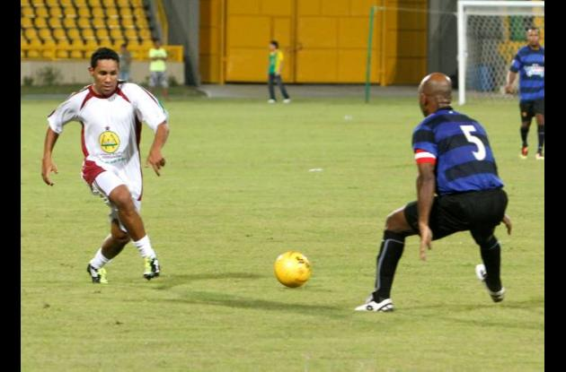 Javier Araújo fue una de las atracciones de las 'Glorias del Fútbol por una Buen