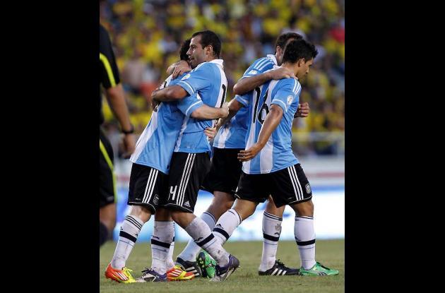 Argentina derrota a Colombia 2-1 en su casa.