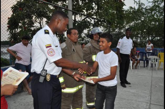 Niños y niñas recibieron su diploma como bomberitos.