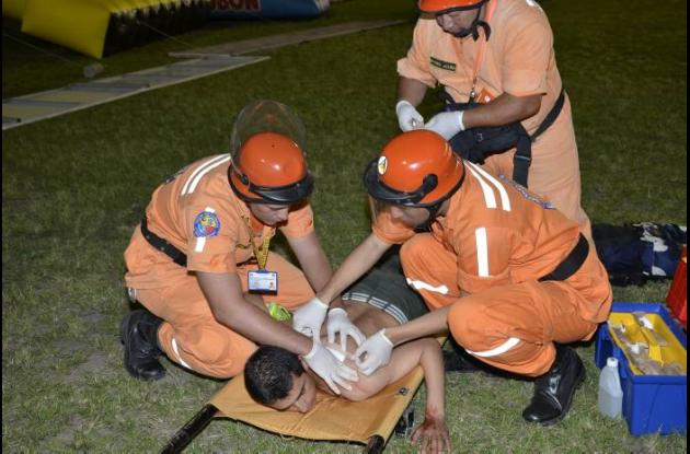 Algunos hinchas fueron atendidos por los médicos en el mismo gramado del estadio