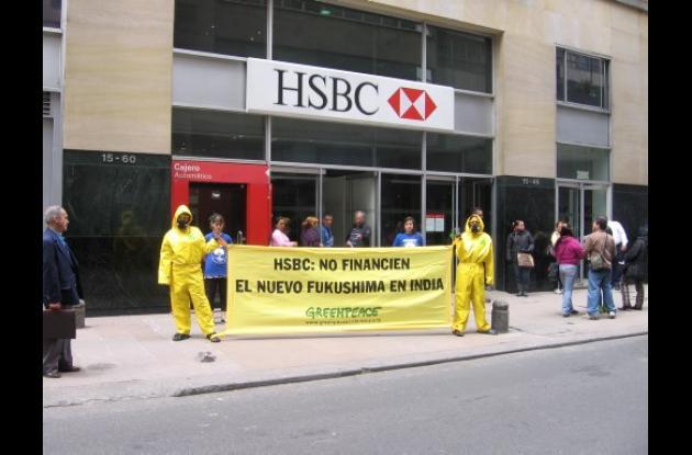 Activistas de Greenpeace marcharon frente a las instalaciones del Banco HSBC par